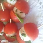 Vyšninis pomidoriukas su mocarella sūriu ir baziliku